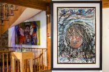 Nadine St-Louis a trouvé son chemin en 2011. Il s'allongeait sur un vaste territoire dans le nord du Québec et du Labrador. Alors consultante, elle y recueille des informations sur les artistes autochtones pour le Conseil des arts du Canada. Pendant cinq mois, elle voyage en avion, en auto, en hélicoptère et en motoneige. Elle pleure, aussi. Comment redonner confiance et espoir à ces communautés? L'espace culturel Ashukan, dans le Vieux-Montréal, est le fruit de son voyage initiatique.