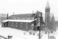 Saviez-vous que pendant plus de 15 ans, on pouvait voir deux églises côte à côté dans le quartier Maizerets? Construite en 1924, la première église de la paroisse Saint-Pascal-de-Maizerets a été remplacée en 1946 par l'église que l'on voit toujours aujourd'hui. À partir de ce moment, le premier bâtiment a servi de salle paroissiale jusqu'à sa démolition en 1961, période pendant laquelle a été croquée cette photo. Valérie Gaudreau
