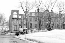 Il est probablement parmi les bâtiments les plus mal-aimés de la Ville de Québec : le complexe formé par les édifices J et H, le fameux «bunker», que d'autres surnomment ironiquement le «calorifère». Il faut dire qu'au-delà de son architecture qui a été critiquée pour son caractère austère, cet édifice a été érigé non sans controverse à la fin des années 60, sa construction ayant forcé la démolition de maisons victoriennes sur ce tronçon de Grande Allée à l'entrée des plaines d'Abraham. Valérie Gaudreau