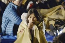 Plusieurs tremblements de terre de magnitude allant jusqu'à 6,5 ont fait aux moins neuf morts et plus de 800 blessés ainsi que de nombreux dégâts dans la nuit de jeudi à vendredi au sud-ouest du Japon où se trouvent plusieurs réacteurs nucléaires, indemnes selon les opérateurs.