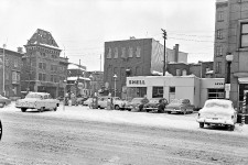 Certains points de ce coin du boulevard Charest à l'angle de la rue Dorchester n'ont pas changé d'un iota entre cette photo de 1954 et aujourd'hui. Mais le changement majeur est qu'il y a poussé un théâtre! La nouvelle salle de la Bordée a été inaugurée en 2002 au 315, rue Saint-Joseph Est. On voit ici le dos du bâtiment où la station Shell a été remplacée par un stationnement de surface qui verra peut-être lui aussi pousser un édifice un jour. Valérie Gaudreau