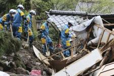 Les forces armées et les autres secours ont redoublé d'efforts, samedi, pour rescaper des résidents piégés sous les décombres après le passage de plusieurs puissants séismes dans le sud du Japon.