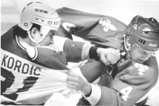 En août 1992, les gens ne parlent à peu près que d'une chose, la mort de John Kordic. Le joueur qu'on envoyait sur la glace pour faire saigner l'adversaire meurt à 27 ans, après une arrestation musclée dans un motel de L'Ancienne-Lorette, en surdose de drogue.Son histoire, est racontée dans un excellent documentaire réalisé par Philippe-André Moreau, Poing final.