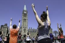 Des milliers d'adeptes du yoga se réunissentà chaque mercredi sur la colline du Parlement, à Ottawa.