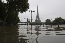 Les inondations qui touchent la France, l'Allemagne et la Belgique ont fait une vingtaine de morts, en plus d'emprisonner des milliers de personnes chez elles. Survol en images.