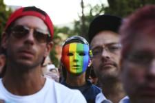 La Tour Eiffel illuminée aux couleurs arc-en-ciel, des veillées de Londres à Sydney : l'heure était lundi à la solidarité affichée avec les homosexuels, au lendemain du carnage dans un club gai d'Orlando. Dans la nuit de samedi à dimanche, 49 personnes ont été tuées et une cinquantaine blessées quand Omar Seddique Mateen, un Américain d'origine afghane âgé de 29 ans, a ouvert le feu à l'intérieur d'une boîte de nuit emblématique de la communauté gaie d'Orlando, en Floride.