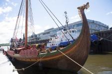 Un bateau peu commun est accosté depuis lundi au Port de Québec. Le Draken Harald Hårfagre, Drakkar norvégien, fait une halte dans la Capitale après avoir traversé l'Atlantique pour commémorer la première traversée de Vikings il y a 1000 ans.