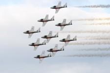 Les Snowbirds étaient de retour dans le ciel de Québec à bord de leurs avions Tutor mercredi soir à l'occasion du Spectacle aérien des 2 Rives qui avait lieu au-dessus du fleuve, face à la terrasse Dufferin. Il s'agissait d'un retour dans la capitale après le dernier spectacle aérien qui avait eu lieu à l'aéroport Jean-Lesage en 2010.<strong></strong>