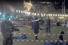 Un camion a foncé dans une foule de fêtards réunis pour assister aux feux d'artifice de la fête nationale française, à Nice, en France, une attaque qui a fait des dizaines de morts.