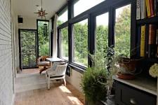 Nathalie Lorrain est designer d'intérieur et passe donc ses journées à concevoir et à superviser des projets pour ses clients. Dans ses temps libres, elle continue d'alimenter sa passion, cette fois sur sa propre maison, une belle demeure de style anglais construite en 1936.