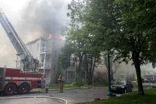 L'incendie a forcé les autorités à dresser un important périmètre de sécurité autour de l'immeuble en flamme.