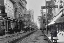 Le passé commercial de la rue Saint-Joseph est notoire. S'il valait une photo pour en convaincre, celle-ci prise en 1900 ne ment pas. L'importante artère du quartier Saint-Roch regorge d'enseignes de commerces et de façades dont certaines n'ont pas tellement changé en plus d'un siècle. C'est le cas, à gauche, de l'édifice du magasin Laliberté. Fondé en 1867, ce commerce de vêtements dont l'histoire est ancrée dans celle de la fourrure a toujours pignon sur rue aujourd'hui.