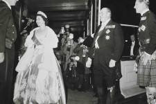 Survol de l'expositionFashioning a Reign: 90 Years of Style from the Queen's Wardrobe, présenté jusqu'au 2 octobre à Buckingham Palace.
