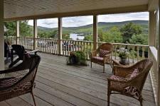 Visite d'une grande maison chaleureuse de Lac-Beauport, où vit depuis 17ans une famille de quatre mordus de plein air, de sport et de chasse qui en ont fait leur chalet quatre saisons.