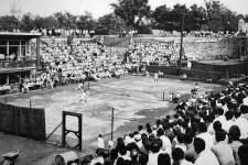L'image est fabuleuse: du tennis adossé aux fortifications devant le parlement, à deux pas de la porte Saint-Louis. C'était en 1961, lorsque Québec a accueilli le duel Canada-Mexique la Coupe Davis. «À cette époque, on jouait sur les courts du Club des employés civils de Québec», indique la Société historique de Québec. Le Mexique a finalement remporté le tournoi. <strong>Valérie Gaudreau</strong>