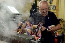 Même si elle fabrique ici des mocassins et des bottes depuis 60 ans, qui sont maintenant exportés un peu partout dans le monde, la compagnie Auclair & Martineau demeure un succès local un peu méconnu. Toute la production se fait pourtant à Québec et les produits sont conçus presque entièrement à la main. Visite de la petite usine de l'entreprise, située dans Saint-Émile depuis plus d'un demi-siècle.