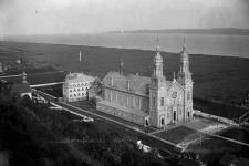 Le lieu est le même, à deux pas du majestueux fleuve Saint-Laurent et l'église, toujours aussi prestigieuse. Mais la basilique Sainte-Anne-de-Beaupré que l'on voit ici en 1900 n'est pas la même qu'aujourd'hui. Détruite dans un incendie en 1922, elle a été reconstruite à partir de l'année suivante. Considéré comme le site religieux le plus couru du Québec, le sanctuaire Sainte-Anne-de-Beaupré accueille près d'un million de visiteurs par année. <strong>Valérie Gaudreau</strong>
