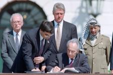 Prix Nobel de la Paix avec Arafat et Rabin pour son implication dans les accords d'Oslo. Premier ministre israélien à deux reprises et président, Shimon Peres aura été l'un des hommes politiques qui ont le plus marqué l'État hébreu. Dernier survivant des pères fondateurs de l'État d'Israël, il restera cependant pour plusieurs Palestiniens celui qui a cautionné les premières colonies juives de Cisjordanie occupée et le premier ministre du massacre du village libanais de Cana, où 106 civils ont trouvé la mort quand l'aviation israélienne l'a bombardé en avril 1996.