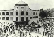 La démolition annoncée du centre Durocher pour construire des logements sociaux a fait couler beaucoup d'encre ces derniers mois. Plusieurs citoyens souhaitent la sauvegarde de ce centre communautaire qu'ils considèrent comme le coeur du quartier Saint-Sauveur. On voit ici l'édifice en 1950, année de son inauguration, au 290, rue Carillon. Plus de six décennies plus tard, les activités ont été transférées au centre Mgr-Bouffard. Valérie Gaudreau