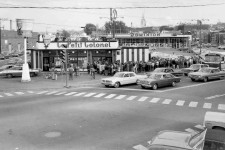 <em>Le Soleil</em> vous révélait vendredi le projet de 20 millions $ pour ce terrain à l'angle du chemin de la Canardière et du boulevard des Capucins. Les travaux sont même déjà commencés depuis cette photo de 2016, qui permet de voir les changements depuis 1968. Époque où cette succursale de Poulet frit Kentucky, appelé Le Petit colonel, était particulièrement populaire à en juger l'imposante file d'attente! <strong>Valérie Gaudreau</strong>