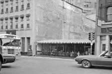 Tiens, tiens, un McDonald's semble avoir poussé enclavé entre deux édifices de la rue Saint-Jean devant la côte du Palais. En 1972, on y voit plutôt un restaurant-terrasse. Cette photo d'archives a été prise quelques années après la démolition du bâtiment ravagé par un incendie en février1968. L'édifice abritait notamment l'école de danse Rolland Hallé. <strong>Valérie Gaudreau<br /></strong>