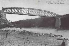 Il a fière allure, ce pont Garneau, au-dessus de la rivière Chaudière, que l'on voit ici en 1907. Inauguré en 1890, le pont de Saint-Romuald a été utilisé jusqu'à sa démolition en 1955. Ses piliers de pierres sont toutefois toujours là, et, en juillet, le maire de Lévis, GillesLehouillier, a évoqué qu'il aimerait bien construire une passerelle cyclable sur les vestiges de l'ancien pont. <strong>ValérieGaudreau</strong>