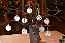 Depuis trois ans, Élizabeth Paquet et Mario Bourdages transforment leur galerie d'art de Saint-Laurent, à l'île d'Orléans, en boutique de Noël. Les samedis et les dimanches de novembre, ils vendent les décorations originales confectionnées par Élizabeth avec des matériaux récupérés.