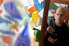 <p><strong>L'artiste verrier JeanBélanger insuffle un peu de son âme dans chaque pièce qu'il vend à sa boutique, installée au 152, rue Saint-Paul, à Québec, depuis janvier. Des vitraux, des vases, des oiseaux en verre soufflé, des murs de verre empreint de textures. «C'est une forme d'animisme. Ce qui a été touché par l'artiste véhicule toutes les dimensions de sa personne.»</strong></p>