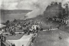 Incontournable de la vie touristique de Québec, la terrasse Dufferin a passé un bien mauvais quart d'heure à l'été 1914. Un incendie a ravagé une partie de la célèbre promenade, ce qui a attiré passants et curieux. Manque de chance, en 1926, le Château Frontenac, à deux pas de là, a aussi été victime des flammes avant d'être rapidement reconstruit.