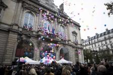 Paris pleure ses disparus un an après les attentats qui ont coûté la vie à 130 personnes.