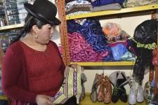 En Bolivie, les colons espagnols forçaient autrefois leurs servantes indigènes à porter des jupes bouffantes : c'est cette mode, baptisée «cholita», qu'Eliana Paco rêve d'exporter à Madrid, Paris et dans le reste du monde. Reportage de l'Agence France-Presse.