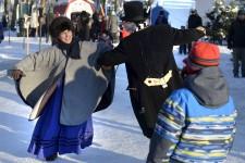 Un 18<sup>e</sup> Noël au Trait-Carré s'est conclu dimanche dans l'arrondissement historique de Charlesbourg après trois jours de festivités. Et le parc de la Commune s'était mis beau pour l'occasion. Quelque 3500 curieux de tous âges y ont pris part, que ce soit à pied, en giguant, ou à bord d'un tramway à cheval. Les plus jeunes ont également pu participer à un rallye de lutins à travers le Trait-Carré, en plus de recevoir la visite du père Noël - le vrai, assure l'organisation de l'événement.