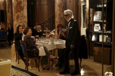 <strong>Karl Lagerfeld est revenu sur les traces de Coco Chanel, le temps d'un défilé mardi au Ritz, mythique palace parisien récemment rénové où vécut la fondatrice de la griffe jusqu'à la fin de sa vie.</strong>