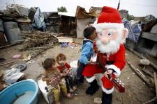 Pour plusieurs, le 25 décembre est une journée pour célébrer, au milieu des présents et des décorations, entourés des siens et de sa communauté. Pour d'autres, Noël est surtout religieuse. Les chrétiens de par le monde se réunissent pour la souligner, parfois dans des églises massives, ou en petit groupe, camouflé par le secret d'une croyance honnie. Pour d'autres encore, Noël sera un intermède, un moment d'espoir au milieu de la guerre ou de la maladie. Un instant où des petits, forcés de grandir trop vite, peuvent se permettre, le temps d'un moment, de redevenir enfants. Mais au milieu des images qui nous parviennent, un élément revient toujours. Comme le dirait la chanson : Noël, c'est l'amour.