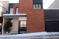 <strong>Frédérique Saucier et Philippe-Antoine Lehoux ont acheté sur «un coup de tête» une maison délabrée du quartier Saint-Sauveur, à Québec. Ils l'ont démolie, s'en sont bâti une nouvelle et ont offert à leurs enfants un «terrain de jeux incroyable» : le parc Victoria, de l'autre côté de la rue.</strong>