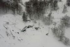 Une avalanche a frappé dans la nuit de mercredi à jeudi un hôtel abritant près d'une trentaine de personnes, faisant de nombreux morts, dans une zone de montagne isolée en Italie.