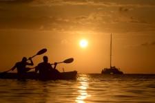 En vacances récemment dans l'île de Roatan, au large du Honduras, Jean-Marie Villeneuve a saisi cette magnifique photo d'embarcations sur fond de soleil couchant. «Debout avec de l'eau jusqu'aux épaules, j'étais concentré sur le catamaran qui venait sur moi. Ces deux pagayeurs ont surgi de nulle part et sont passés rapidement devant moi, comme un cadeau.» <br />Données techniques: Nikon D4. Focale 165mm, ISO 500, ouverture f.11, vitesse 1/8000<sup>e</sup> seconde