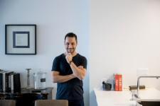 Hakim Chajar, chef copropriétaire du restaurant Chambre à part, nous a fait découvrir la cuisine de son condo du Sud-Ouest, à Montréal. Lumineuse, elle s'ouvre sur la salle à manger et le salon. Entre confidences et explications, voici sa cuisine en six points.