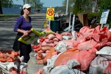 Les volontaires ont réussi à retirer au-delà de 125000 sacs des terrains résidentiels, alors qu'il y en avait 200000 à ramasser au début de la première journée. Plus de la moitié de l'objectif a été atteint.