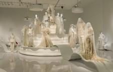 <p>Le Musée des beaux-arts de Montréal (MBAM) accueille depuis samedi dernier une exposition unique intitulée <em>«Love is Love»</em> <em>- Le mariage pour tous selon Jean Paul Gaultier</em>, qui présente 36 robes et habits de noces réalisés entre 1981 et 2017, par le créateur, une véritable ode à l'amour, à la tolérance, et à la diversité.</p>