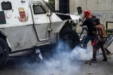 Depuis le 1<sup>er</sup>avril, le Venezuela est secoué par des manifestations quasi quotidiennes contre leprésident Nicolas Maduro. Voici les dix images les plus marquantes de ces défilés, captées par les photographes de l'AFP à Caracas, Juan Barreto et Federico Parra.