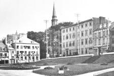 Les jardins de l'hôtel de ville en 1899... et en 2017