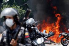 Dix morts, des affrontements entre manifestants et forces de l'ordre, des attaques contre des bureaux de vote: de violents incidents ont marqué l'élection de la Constituante voulue par le président Nicolas Maduro, une assemblée qui, selon l'opposition, met en péril la démocratie au Venezuela.