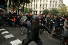 Le gouvernement catalan a déclaré que près de 900 personnes avaient été blessées, dont certaines auraient subi des blessures graves, à la suite des interventions de la police nationale espagnole pour empêcher la tenue du référendum sur l'indépendance.
