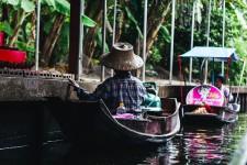 Damnoen Saduak est l'un des marchés flottants les plus populaires - et touristiques! - de Thaïlande. Il est situé dans la province du Ratchaburi, à environ 1 h 30 min de la fourmillante Bangkok.