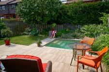 À la belle saison, la cour est souvent l'endroit le plus fréquenté de la maison... surtout quand elle est aménagée avec soins. Visites.