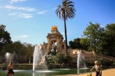 Barcelone fait rêver les touristes. En 2017, plus de 32 millions d'entre eux sont allés visiter la ville espagnole. Et on les comprend! La capitale catalane, de jour comme de nuit, se vit à mille à l'heure et offre des quartiers flamboyants pleins d'histoire, mais aussi de somptueux recoins cachés. Visite en images.