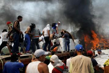Venezuela: un camion d'aide humanitaire incendié par la police