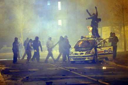 Les jeunes des banlieues françaises ont détruit plusieurs... (Photo: AP)