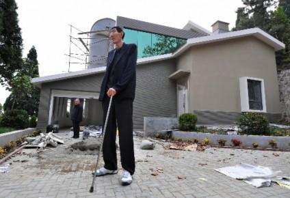l 39 homme le plus grand du monde a enfin une maison sa taille dan martin insolite. Black Bedroom Furniture Sets. Home Design Ideas